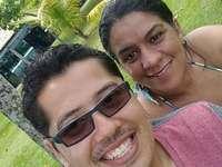 Marco und Ari am Strand - en la playa, zwei personas. Eine Gruppe von Menschen, die für die Kamera posieren.