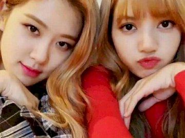 Rose et Lisa BLACKPINK - Lisa et Rose pour toujours BLACKPINK. Une petite fille posant pour une photo.