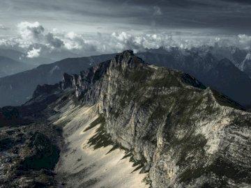 La cresta - Montagna durante il giorno. Una vista di una montagna innevata.