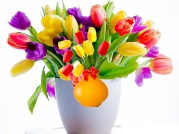 Für Mama - Zum Lagern von Blumen. Eine Vase voller lila Blumen.