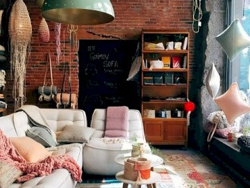 Geschmackvolles Wohnzimmer, Ziegel - Backsteinthema im Wohnzimmer, geschmackvolles Interieur. Ein Wohnzimmer mit Möbeln und einem Kamin.