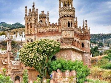 Zamek Colomares w Benalmádena, Hiszpania - Piękny zamek w Hiszpanii. Duży kamienny budynek.