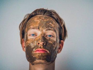 Człowiek z maską błotną - Fotografowanie męskiej zabłoconej twarzy w płytkiej ostrości. Berlin. Mężczyzna patrzeje kamer
