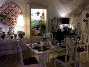 antichi - negozio di antiquariato ...... Una stanza piena di mobili e vaso di fiori su un tavolo.