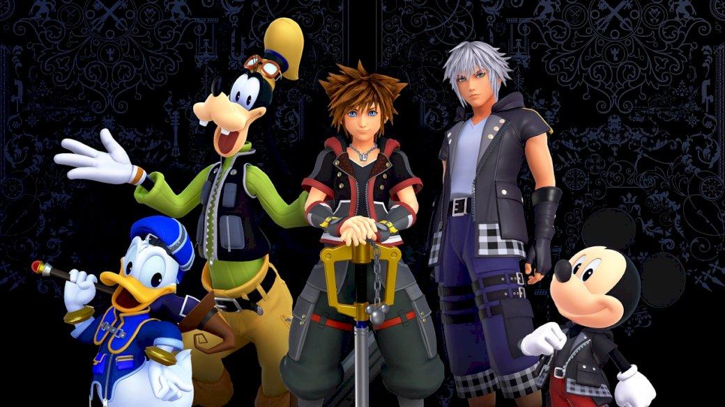 Fondo de pantalla de Kingdom Hearts 3 - Kingdom Hearts 3 personajes y fondos de pantalla. Una persona de pie junto a una muñeca de juguete.