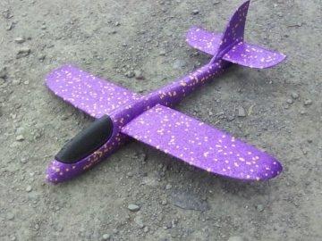 Badroger - Aeroplanino giocattolo di Badroger. Una stretta di un giocattolo sdraiato su una spiaggia.