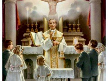 Eucharistie - Ein Teil der Masse. Eine Gruppe von Menschen, die vor einem Spiegel stehen, der für die Kamera aufw