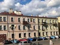 BURSA SIEDLCE - St sovsal byggnad Stanisław Kostka i Siedlce. En bil parkerad framför en byggnad.