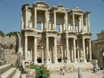 Ruiny świątyni - Ruiny świątyni w Turcji. Pomnik kamiennego budynku z biblioteką Celsusa w tle.