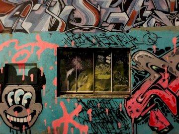 Japón, graffiti - Pintura abstracta blanca y negra roja. Un grupo de coloridos graffiti.
