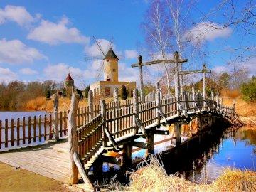 Młyn Gifhorn - woda - mostek - młyn  ---------------. Długi most nad akwenem.