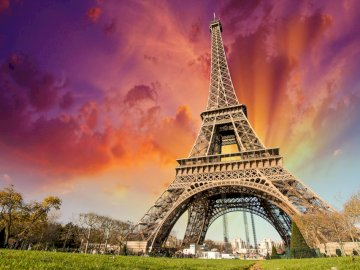 Wieża Eiffla - Widok na wieżę Eiffla. Duża wysoka wieża na tle nieba z wieżą Eiffla w tle.