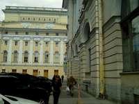 immeubles - bâtiments avec des voitures. Une personne debout devant un immeuble.
