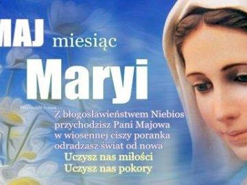 Nabożeństwo Majowe - Litania Loretańska jako nabożeństwo majowe. Kobieta w niebieskiej koszuli.