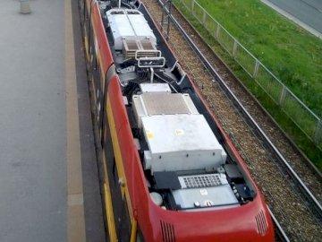 Tram visto dall'alto - Tram visto dal ponte pedonale di Varsavia. Un treno su un binario d'acciaio.