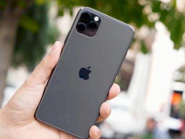 telefon komórkowy iPhone - Potrzebuje i chce aktywności. Ręka trzyma telefon komórkowy.