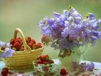 Virágok vázában, eper