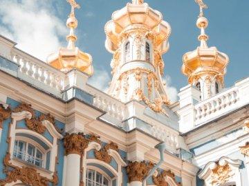 дворец - Сгради от световния златен дворец. Група хора, стоящи п