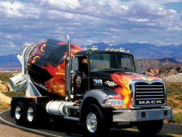 Samochód, Cysterna Mack - Amerykańska Kolorowa Ciężarówka Mack. Ciężarówka z górą w tle.