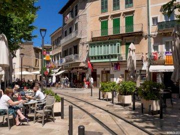 Majorque-centre de Soller - Majorque-centre de Soller. Un groupe de personnes assises sur un banc dans une rue de la ville.