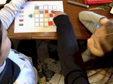 Codycolor - Codierungsspiel für Kindergartenkinder. Eine Person, die auf einem Tisch sitzt. Rätsel für Kinder