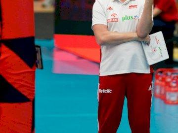 Vital Heynen - Vital Heynen - Trener Reprezentacji Polski w siatkówce. Vital Heynen stojący pozuje do kamery.