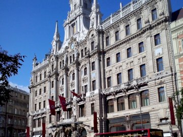 w Budapeszcie - w Budapeszcie, stolicy Węgier. Wysoki budynek w mieście.