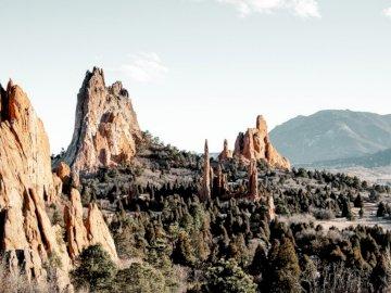 Jardín de los Dioses, rocas rojas. - Brown montaña rocosa durante el día. Sureste de california. Un cañón con una montaña en el fond
