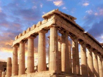 Akropol - Akropol w Atenach jest skalistym wzgórzem o wysokości 156 m od poziomu morza i około 70 m od pozi