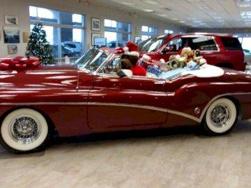 stary Buick zamienny - stary czerwony buick kabriolet. Czerwony samochód zaparkowany na parkingu.