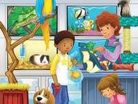 Wir kommen zurück in die Tierhandlung - Erinnern Sie sich an den Zoologischen Laden. Eine Gruppe ausgestopfter Tiere sitzt oben auf einem Ti