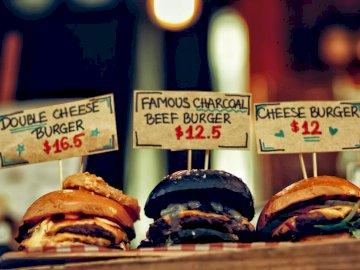 Fremantle Märkte. - Drei Burger. Australien. Eine Nahaufnahme eines Kuchens.