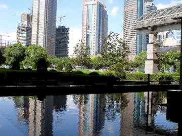 Chiny-Szanghaj - miasto we wschodnich Chinach. Zbiornik wodny z miastem w tle.