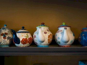 Linia dzbanków do herbaty - Biały niebieski i czerwony kwiatowy słoik ceramiczny. Północna Dakota.
