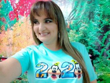 Miss Jéssica Vélez Rizzo - Identificazione del personaggio. Un ragazzino che indossa una camicia verde.