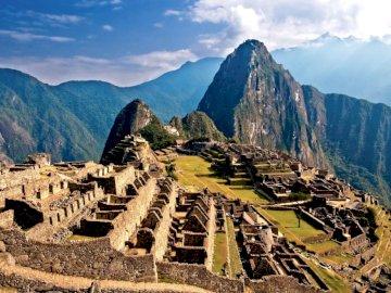 Machu Picchu - Wspaniała sceneria z Peru. Kanion z górą w tle. Piękny krajobraz Peru. Kanion z górą w tle. Th
