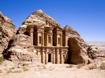 Miasto Petra - Architektura w Jordanii. Duży kamienny budynek z Petrą w tle.