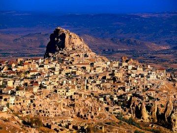 Podróż do Turcji - Pamukkale i jego białe kamienne schody oraz Kapadocja i miasta troglodytów. Widok na skalistą gó