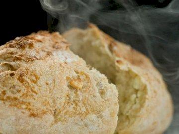 chleb pszenny - UŁÓZ PUZZLE przedstawiające chleb pszenny. Zbliżenie jedzenia.