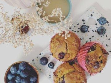Babeczki jedzenie słodycze jagody - Ciastka i ciastka na bielu stole. Zakończenie up jedzenie na stole.