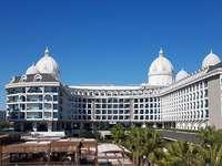 Hotel ADALAYA - Een prachtig hotel in Turkije, rijke appartementen, onvergetelijke vakanties. Een groot wit gebouw.