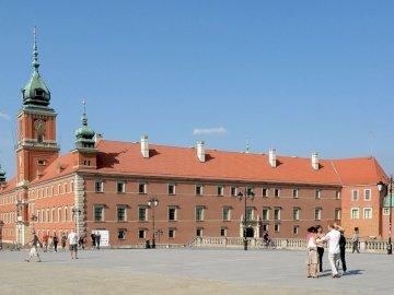 Castillo real - Viajando en Europa Varsovia. Un grupo de personas caminando frente al Castillo Real de Varsovia.