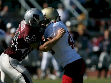 I giocatori di calcio lottano per - Due giocatori della NFL. Vernon, Columbia Britannica. Un giocatore di baseball che fa un'osc