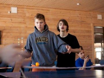 Niespodzianka - Ludzie grają w tenisa stołowego. Sankt Petersburg.