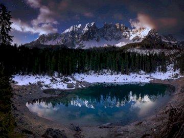 Was für eine Stimmung am Lago di - Bäume in der Nähe von Bergen. Schweiz. Eine Nahaufnahme eines Teiches des Wassers mit einem Berg i