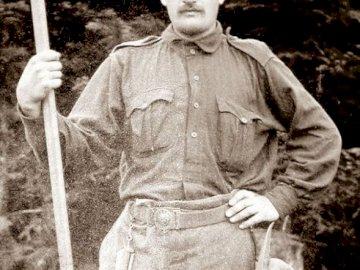 Fondateur scout - puzzle avec le fondateur scout. Une personne tenant une batte de baseball. puzzle avec Andrzej Małk