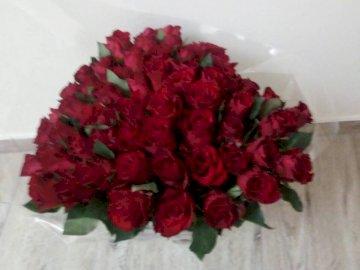 Rosenstrauß - 60. Geburtstag Strauß Rosen. Eine Blumenvase auf einem Tisch.