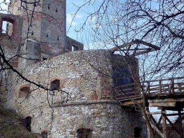 zamek w Siewierzu - Ruiny zamku biskupów krakowskich w Siewierzu. Stary kamienny budynek.