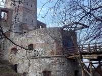 o castelo em Siewierz - Ruínas do castelo dos bispos de Cracóvia em Siewierz. Um antigo prédio de pedra.