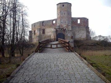 zamek w Siewierzu - Ruiny zamku biskupów krakowskich w Siewierzu. Kamienny zamek obok ceglanego budynku.